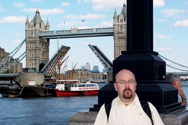 Ja na tle otwartego tower bridge